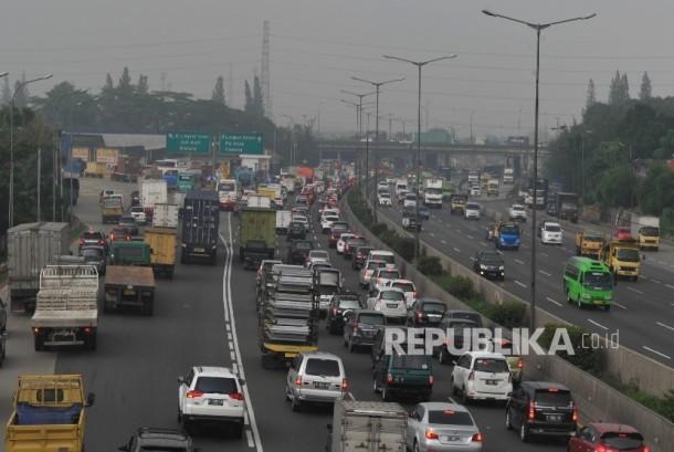 Sejumlah kendaraan terjebak kemacetan di ruas tol Jakarta-Cikampek arah Jakarta di sekitar Cikunir. (Republika/Edwin Dwi Putranto)