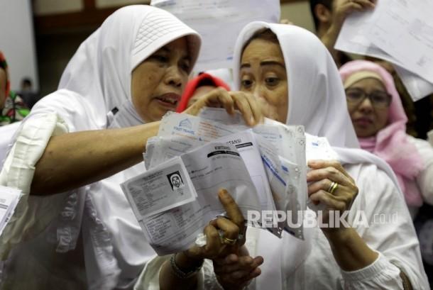 Sejumlah korban kasus penipuan dana Umroh First Travel menujukkan bukti pembayarannya saat melakukan audiensi kepada perwakilan Komisi VIII dan Fraksi PPP di Kompleks Parlemen, Jakarta, Jumat (18/8).