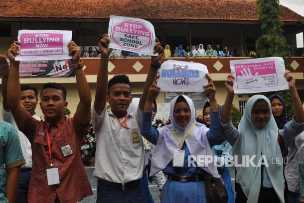 Sejumlah menggelar aksi menolak bullying (penggunaan kekerasan, ancaman, atau paksaan untuk menyalahgunakan atau mengintimidasi orang lain) di kompleks SMK 17 Temanggung, Jateng, Rabu (19/7).