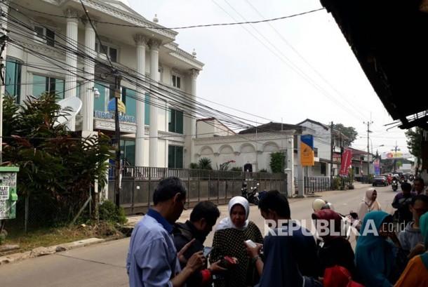 Sejumlah nasabah First Travel mendatangi kantor First Travel di Jalan Radar Auri, Depok, Jawa Barat. Kedatangan mereka berujung sia-sia karena tidak ada satu pun orang di kantor tersebut. Gerbang dan pintu kantor juga telah terkunci tanpa ada penjagaan oleh petugas keamanan.