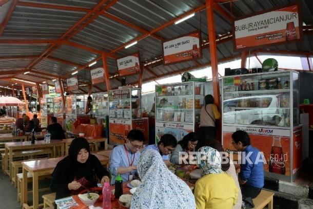 Sejumlah orang menikmati makanan dan minuman di pusat jajanan serba ada (Pujasera) Melawai, Jakarta, Kamis (1/12). (foto ilustrasi)
