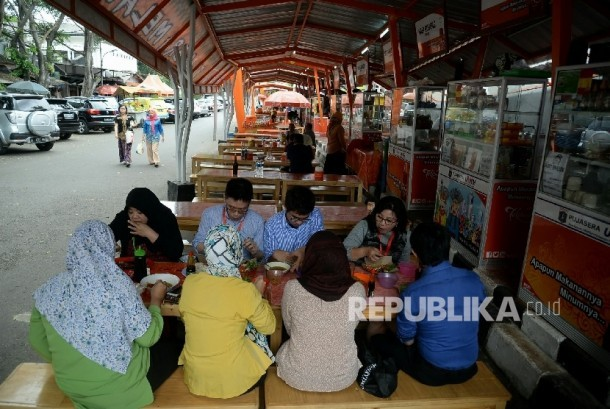 Sejumlah orang menikmati makanan dan minuman di pusat jajanan serba ada (Pujasera) Melawai, Jakarta, Kamis (1/12).