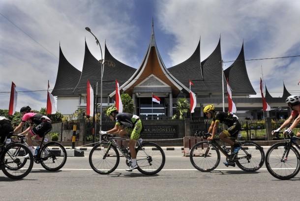Sejumlah pebalap sepeda beradu kecepatan pada etape kelima Tour de Singkarak 2016 di depan Gedung Bank Indonesia cabang Sumatera Barat, Rabu (10/8).