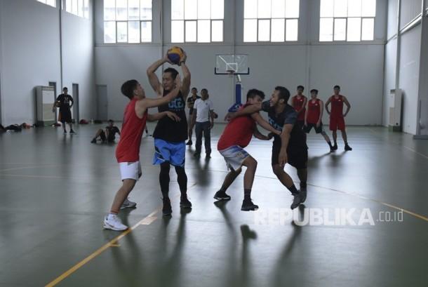 Sejumlah pebasket 3X3 Timnas Putra menjalani latihan saat pemusatan latihan nasional (Pelatnas) Asian Games 2018, di lapangan basket Istana Kana, Jakarta, Jumat (12/1).