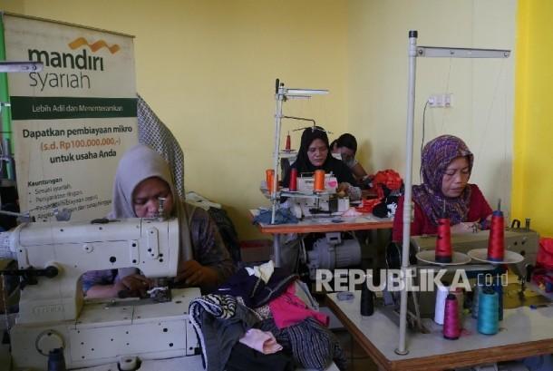 Sejumlah pegawai dari nasabah Usaha Mikro Kecil dan Menengah (UMKM) Bank Mandiri Syariah Sumairah sedang melakukan aktifitasnya menjahit di workshopnya di Citeureup Bogor, Jawa Barat, Rabu (13/9).