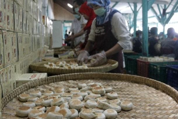 Sejumlah pekerja membuat makanan khas Yogyakarta Bakpia di Pathuk, Yogyakarta. Bakpia masih menjadi primadona oleh-oleh makanan khas Yogyakarta, terutama bagi wisatawan yang berkunjung ke daerah tersebut.