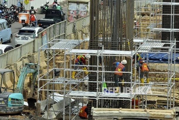 Sejumlah pekerja menyelesaikan proyek pembangunan light rail transit (LRT) di Jalan MT Haryono, Cawang, Jakarta, Rabu (23/8).
