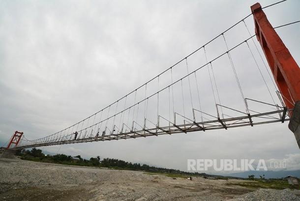 Construction of suspension bridge. (Illustration)