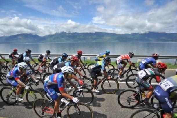 Sejumlah pembalap Tour de Singkarak 2017 melintas di tepian Danau Singkarak, Tanah Datar, Sumatra Barat.