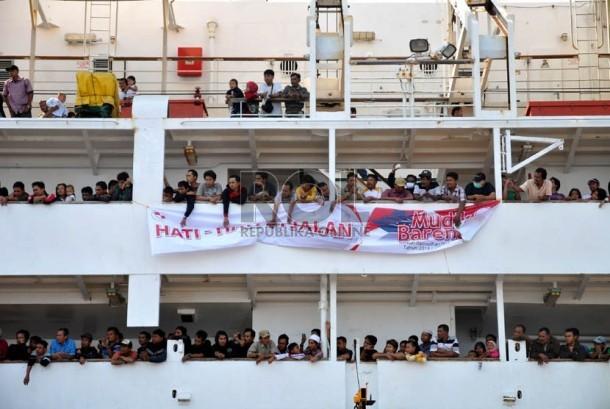 Sejumlah pemudik memadati KM Dobonsolo yang akan diberangkatkan ke Semarang dari Pelabuhan Tanjung Priok, Jakarta, Sabtu (3/8).   (Republika/Prayogi)