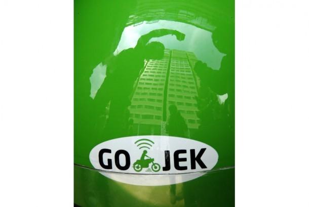 Sejumlah pengemudi Gojek yang tergabung dalam Serikat Driver Gojek Makassar berunjuk rasa di depan kantor Gojek Cabang Makassar, Sulawesi Selatan, Rabu (2/12).