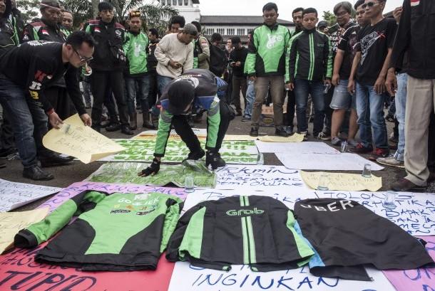Sejumlah pengemudi ojek daring (online) yang tergabung dalam Gerakan Bersama seluruh Driver Online (GERAM Online) melakukan aksi damai di depan Gedung Sate, Bandung, Jawa Barat, Senin (16/10).