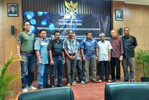 Sejumlah pengusaha Industri Kecil dan Menengah Produsen Makanan dan Minuman (IKM mamin) dari Daerah Istimewa Yogyakarta (DIY), Jawa Tengah, dan Jawa Barat usai menggelar konferensi pers terkait Peraturan Menteri Perdagangan Nomor 16/M-DAG/PER/3/2017 tentang perdagangan gula kristal rafinasi (GKR), Selasa (17/10).