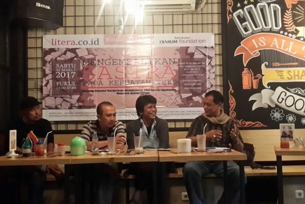 Sejumlah penyair tampil pada acara bincang sastra dalam rangka HUT pertama portal sastra Litera di Pamulang, Tangerang Selatan, Banten, Sabtu (25/3/2017).