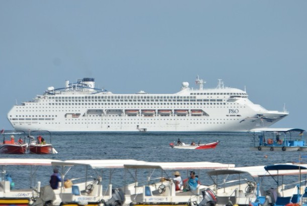 Sejumlah perahu berada di dekat kapal pesiar Pacific Dawn di kawasan perairan Benoa, Badung, Bali, Senin (6/3).