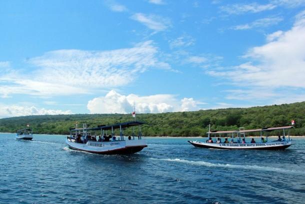 Sejumlah perahu wisatawan melintas di Selat Bali, Banyuwangi, Jawa Timur, Kamis (3/3).