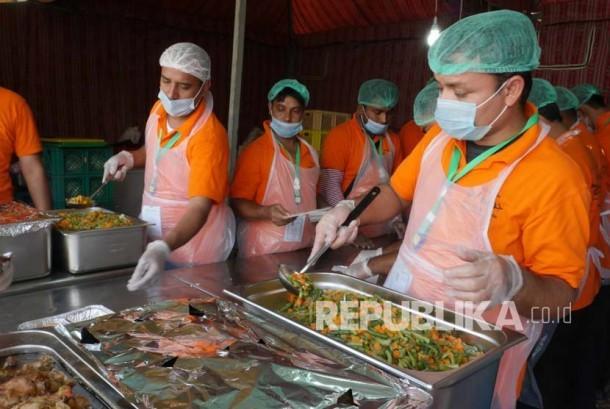 Sejumlah petugas dari salah satu perusahaan katering yang memasok makanan bagi jamaah haji Indonesia di Arafah, Sabtu (10/9), mengemas makanan di dapur umum pada perkemahan maktab. (Republika/Amin Madani)