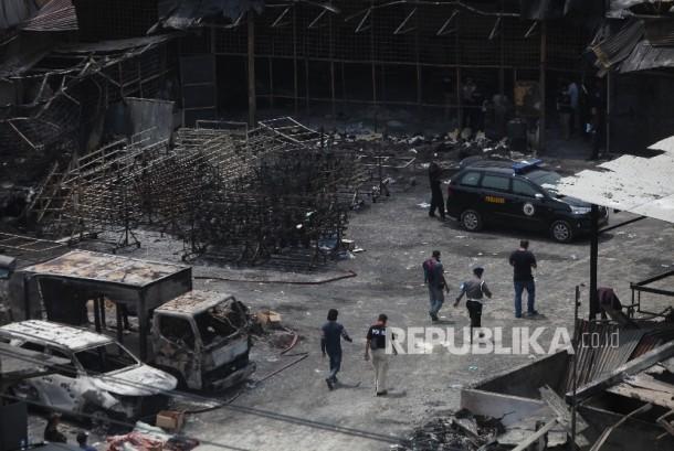 Police investigate site blaze of fireworks factory at Salembaran street, Belimbing village, Kosambi sub-district, Tangerang district, Banten, Friday (October 27).
