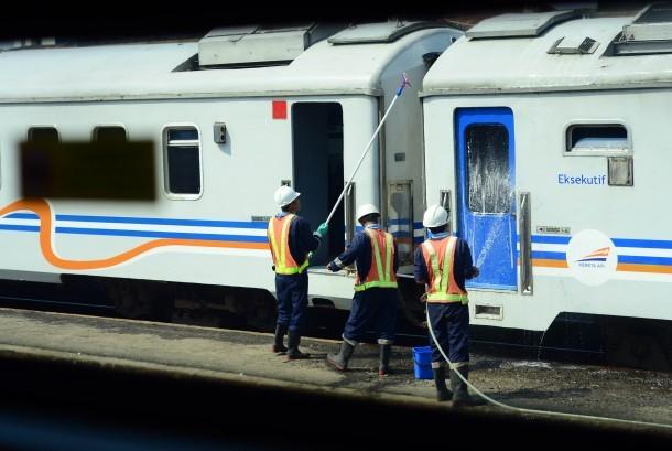 Sejumlah petugas membersihkan gerbong kereta api . (ilustrasi)