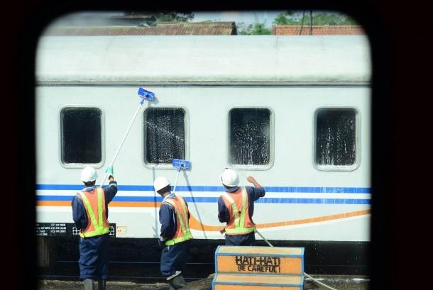 [Ilustrasi] Sejumlah petugas membersihkan gerbong kereta api di Stasiun Bandung, 9 Juni 2017. PT KAI membuka lowongan pekerjaan untuk posisi antara lain calon masinis, petugas pengatur perjalanan kereta api (PPKA), petugas rumah sinyal (PRS), petugas langsir (PLR), petugas wesel (PJW), pengawas peron (PAP), pemeliharaan sarana, pemeliharaan jalan rel dan jembatan, dan pemeliharaan sintelis.