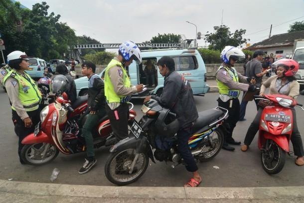 Sejumlah Polisi menindak pengendara sepeda motor yang melakukan pelanggaran lalu lintas. ilustrasi