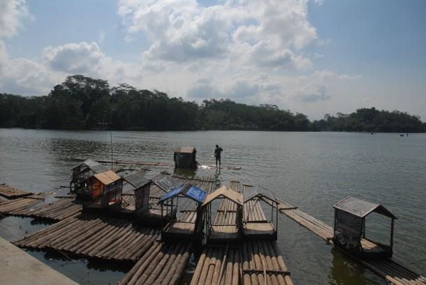 Sejumlah rakit bersandar di bibir danau wisata alam Situ Gede, Tasikmalaya, Jabar. Wisata alam dengan suasana pemandangan danau dan pulau ini bisa diakses menggunakan alat tranportasi perahu dan rakit.