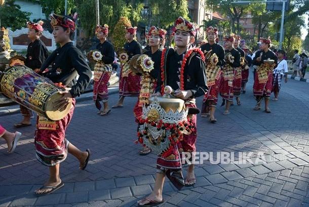 Sejumlah seniman menampilkan parade Baleganjur dalam rangkaian peringatan serangan umum Kota Denpasar ke-71 di Lapangan Puputan Badung, Rabu (17/5). Parade yang digelar selama dua hari tersebut diikuti 20 kelompok/karang taranuna di Kota Denpasar untuk  memberikan ruang kreativitas kepada seniman muda sekaligus menarik wisatawan datang ke Pulau Dewata.