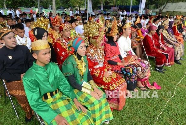 Sejumlah siswa berpakaian adat mengikuti pembukaan perkemahan Rohis Nasional yang diadakan di Bumi Perkemahan Cibubur, Jakarta Timur, Selasa (3/5). (Republika/Raisan Al Farisi)