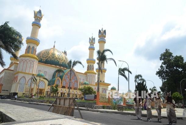 Sejumlah siswa melintas di depan komplek Islamic Center Mataram, Lombok, NTB. Sabtu (28/1)