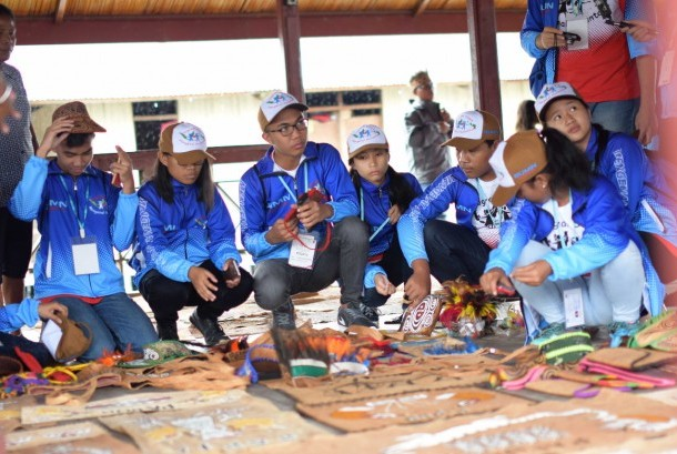 Sejumlah siswa peserta Program 'Siswa Mengenal Nusantara' mengikuti salah satu kegiatan di Jayapura, Ahad (23/7). Sebanyak 20 siswa berprestasi asal Provinsi Sulawesi Utara akan mengikuti kegiatan yang digelar PT Semen Indonesia ini selama sepekan.