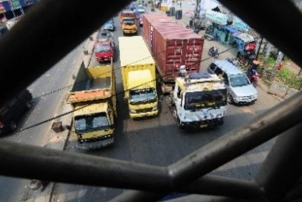 Pembatasan truk. Pemerintah akan membatasi operasional truk bertonase berat pada jam sibuk di lintasan Tol Jakarta-Cikampek.