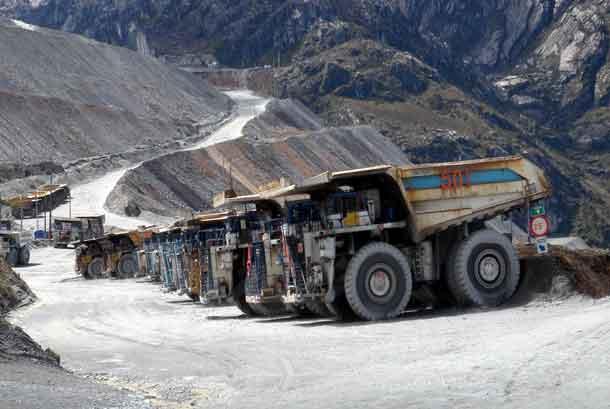 Sejumlah truk milik PT Freeport Indonesia terparkir di Grasberg, Tembagapura, Timika, Papua.