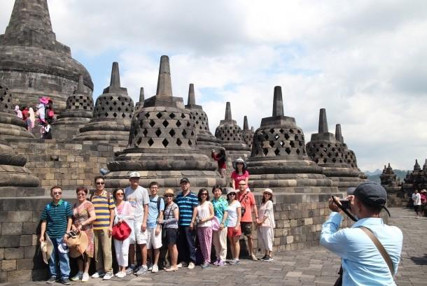 Sejumlah turis asing berfoto bersama saat mengunjungi Candi Borobudur di Magelang, Jawa Tengah.