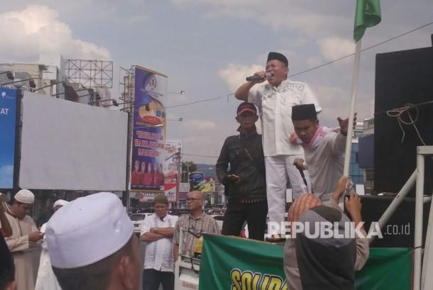 Sejumlah umat Islam dari berbagai perwakilan  organisasi keislaman di Lampung beraksi damai di Bundaran Tugu Adipura, pusat Kota Bandar Lampung, Jumat (24/3) petang.