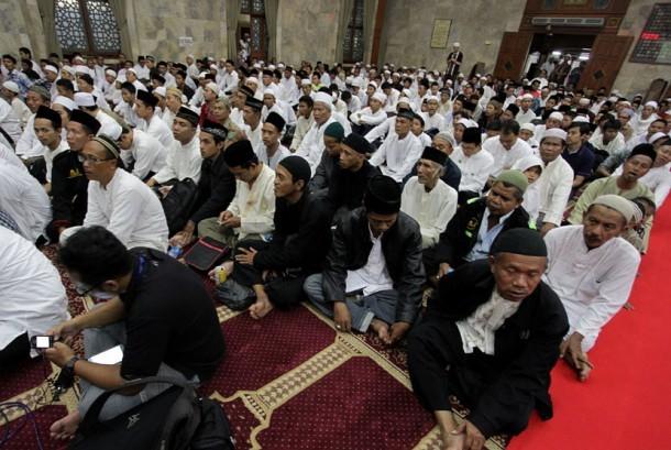 Sejumlah umat Islam melakukan doa bersama di Masjid Sunda Kelapa, Jakarta menyambut gubernur dan wakil gubernur terpilih Anies-Sandi.