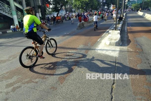 Sejumlah warga bersepeda di area Hari Bebas Kendaraan Bermotor Mampang-Pejaten (BHKB), Jakarta, Ahad (27/8).