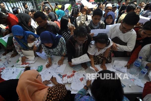 Sejumlah warga mengantre untuk melakukan pendaftaran perekaman data KTP Elektronik di stan Dinas Dukcapil DKI Jakarta saat acara Nusantara Expo dan Forum 2017, di Taman Mini Indonesia Indah (TMII), Jakarta, Jumat (20/10).
