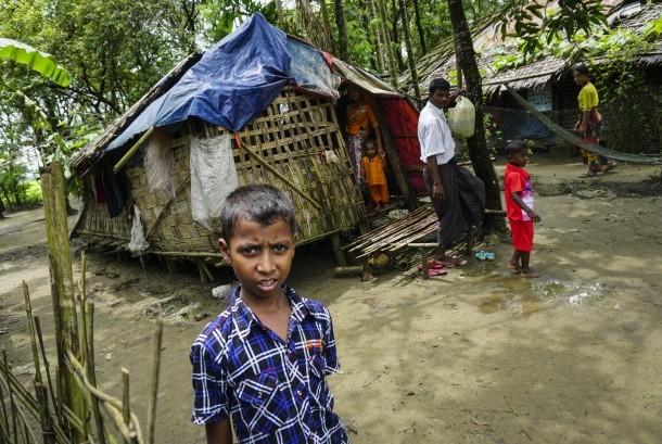 Sejumlah warga Rohingya beraktivitas di kamp pengungsian internal Sittwe, negara bagian Rakhine, Myanmar, Minggu (3/9).