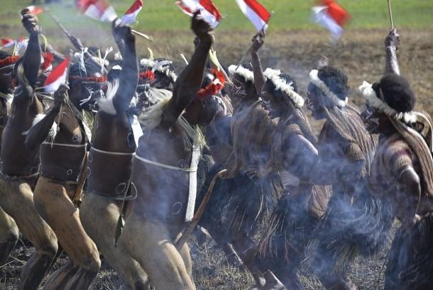 Sejumlah warga suku pedalaman Papua menampilkan tarian tradisional pada acara Festival Budaya Lembah Baliem di Distrik Wosilimo, Kabupaten Jayawijaya, Papua