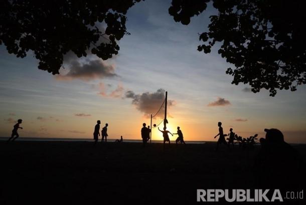 Sejumlah wisatawan bermain volly saat sunset di pantai Kuta yang merupakan area kawasan  hotel Patra Jasa, Bali, Rabu (18/5). (Republika/Musiron)