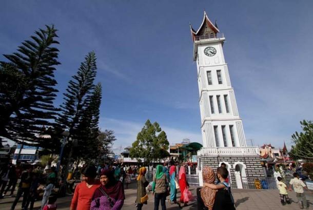 Sejumlah wisatawan memadati lokasi Jam Gadang di Bukit Tinggi, Sumatra Barat.