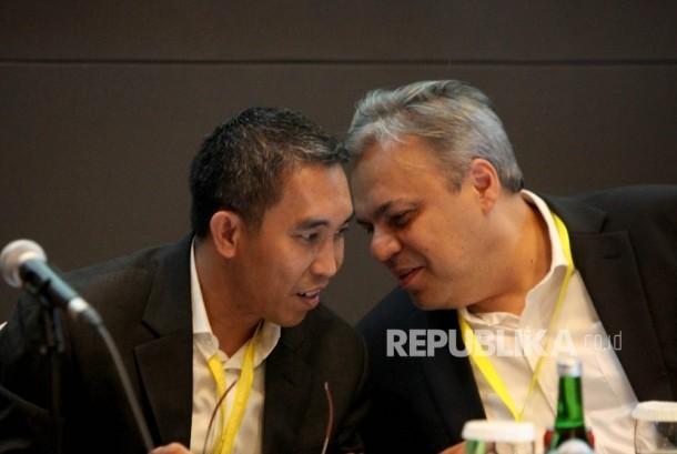 Sekertaris Perusahaan PGN Tbk Rachmat Hutama (kiri),berbincang bersama Direktur Keuangan PGN Tbk Nusantara Suyono (kanan).