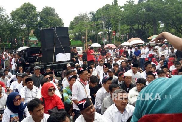 Sekitar 600 pedagang kaki lima (PKL) Puncak, menggelar aksi di depan gerbang Pemkab Bogor, Jalan Tegar Beriman, Cibinong pada Senin (16/10). Merek menuntut kejelasan tempat relokasi pada pemerintah kabupaten Bogor.