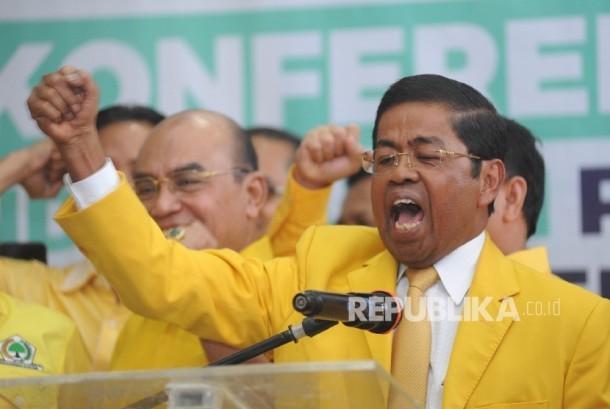 Sekjen Partai Golkar Idrus Marham berteriak usai memberikan keterangan kepada media usai melakukan pendaftaran Pendaftaran Pemilu 2019 di Kantor KPU Pusat, Jakarta, Ahad (15/10).