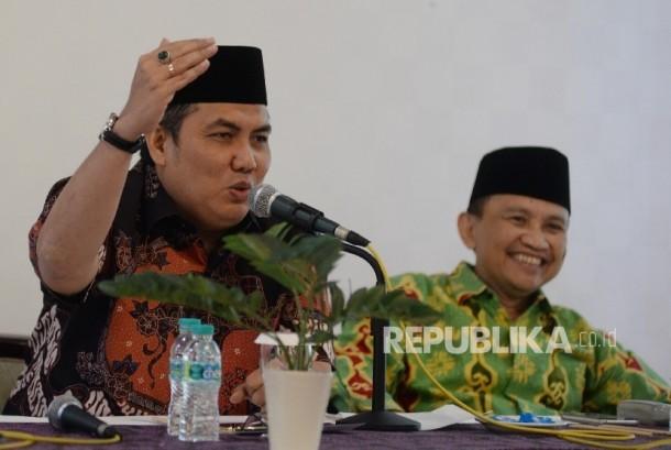 Sekjen PBNU Helmy Faishal Zaini (kiri), bersama Ketua LP Maarif NU Pusat Arifin Junaidi memberikan keterangan kepada wartawan tentang Kejahatan pornografi pada anak usia dini, Jakarta, Kamis (23/3).