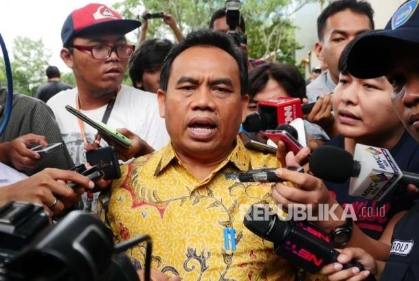 Sekretaris Daerah DKI Jakarta Saefullah menjawab pertanyaan wartawan usai menjalani pemeriksaan di Gedung KPK, Jakarta, Rabu (27/4).  (Republika/Agung Supriyanto)