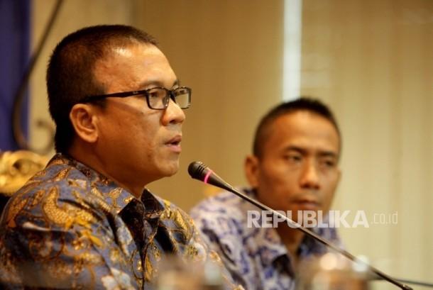 Sekretaris Jenderal fraksi PAN Yandri Susanto (kiri)