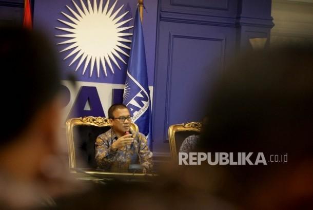 Sekretaris Jenderal fraksi PAN Yandri Susanto saat memberikan keterangan pers di ruang fraksi PAN, Kompleks Parlemen, Senayan, Jakarta, Jumat (18/8).