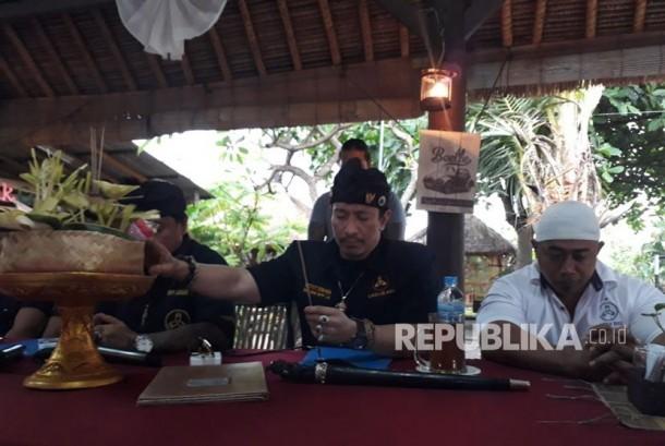 Sekretaris Jenderal Laskar Bali, I Ketut Ismaya melakukan Ngaturang Pejati atau mempersembahkan Banten Pejati kepada dewa-dewa demi menunjukkan kejujuran dan kebenaran atas segala ucapannya terkait peristiwa yang menimpa Ustaz Abdul Somad di Bali beberapa waktu lalu.