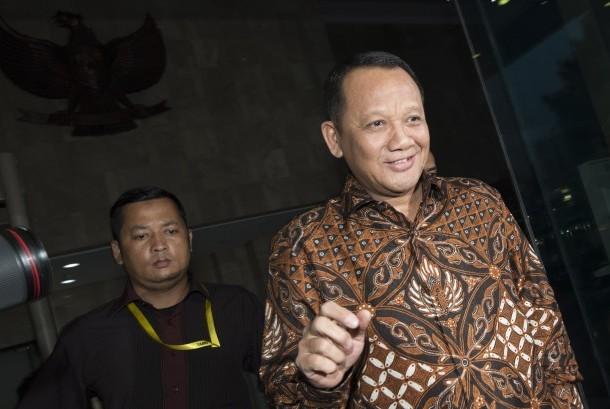 Sekretaris Mahkamah Agung (MA) Nurhadi Abdurrachman (kanan) berjalan usai diperiksa KPK di gedung KPK, Jakarta, Selasa (24/5).